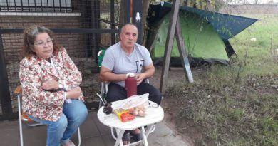 Acampan en el Hospital Urquiza por un familiar enfermo