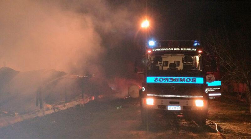 24/07/21 – «Bomberos Voluntarios de ciudad intervinieron por un incendio en un galpón de pollos en zona de Arroyo Molino»